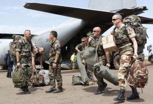 Miembros de las Fuerzas Armadas francesas embarcando en el avión C-130 del Ejército del Aire español en la Operación Serval. Fuente: ejercitodelaire.mde.es